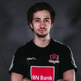 E-sportsutøver Philip Løseth i spillertrøye med sponsormerker.