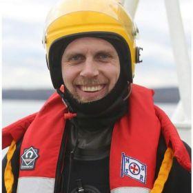 Styrmann Håvard Karlsen i redningsutstyr på skøyta.