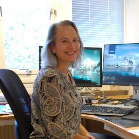 Forsker Vigdis Olden sitter ved arbeidspulten på sitt kontor.