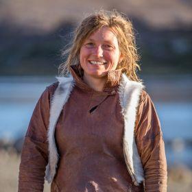 Garver Sofie Kleppe iført skinnklær hun har lagd selv.