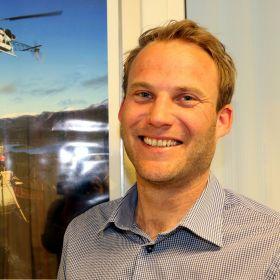 Lars Sveistrup liker store anleggsmaskiner og utfordringene ved å bygge fundamentet til ny konstruksjon.