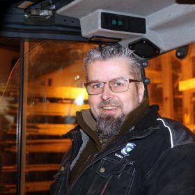 Bjørn Harald Opdal sitter i trucken på lageret hvor han jobber.