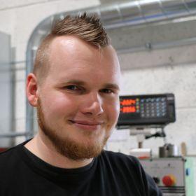 Børsemaker Bjørn-Sigurd Pedersen på fabrikken på Nøtterøy i Vestfold.