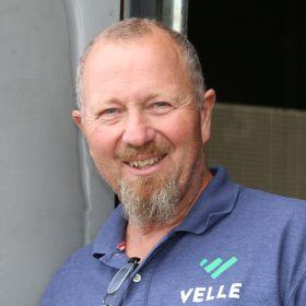 Sveiser Bjørn Vidar Smith har på seg lilla T-skjorte og smiler mot kameraet.