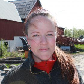 Agronom Ragnhild Bjørkum på gården i Valnesfjord