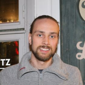 Bartender Richard Andre Krøger Hallvig foran baren sin i Tønsberg.