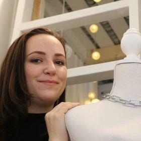 Reidun Elise Stahl poserer med en utstillingsdokke.