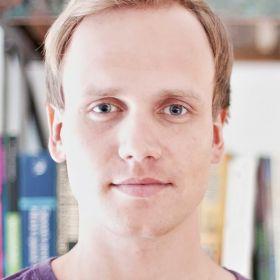 Portrettbilde av Jørgen Lillebøe Hatland, havbunninnstallatør, i ført lilla overdel