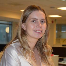 Portrettfoto av redaktør Eveline Røsholt-Hanssen, avbilda frå brystet og opp, iført lys bluse.