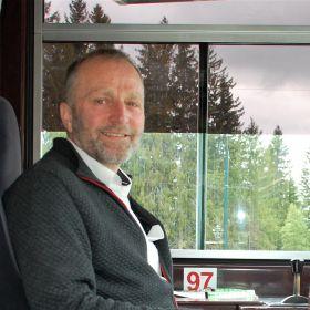 Trikkefører Oddbjørn Hermo sitter på førerplass i trikken han kjører.