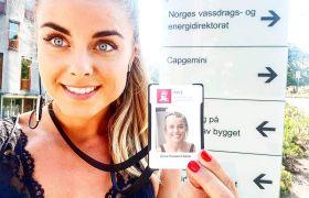 Anna viser fram et adgangskort det står NVE på