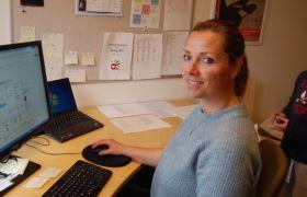 Avdelingsleiar SFO på Åsvang skole Stine Tøndel sitt på kontoret.