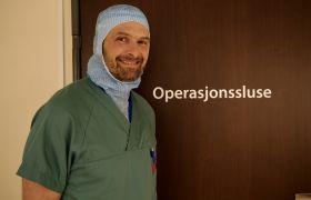 Operasjonssykepleier Sigmund Kolås med arbeidsuniform