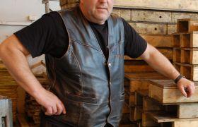 Betongfagarbeider Ralf Burghardt står ved siden av en stabel med forskalingsmaterialer.