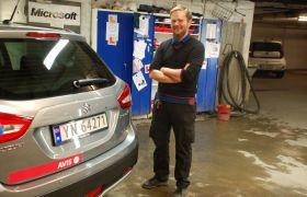 Bilklargjører Øyvind Bakken står ved siden av en bil i parkeringskjelleren hvor han forbereder biler for utleie.