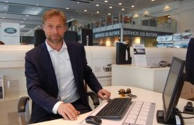Bilseljar Morten Solåt sit framme PC i bilforretninga.