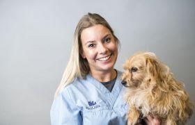 Portrettbilde av veterinær Caroline Holtet, sammen med en hund.