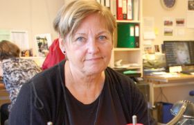 Fagoperatør i industrisøm Ida Husby sitter bak symaskinen på Helsport.