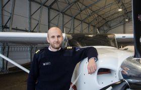 Terje Johan Pedersen poserer ved flyet.