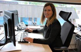 Siv Merete Hagen sitter ved sin kontorplass i banken.