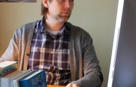 Forfatter Rune F. Hjemås sitter å se på skjermen på PC-en på hjemmekontoret.
