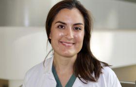 Portrettbilde av anestesilege Maria Nemat Naguib Leerberg i kvit legefrakk.