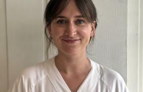 Portrettfoto av kreftsjukepleiar Ida Juklestad. Iført kvit arbeidsuniform, avbilda frå brystet og opp.