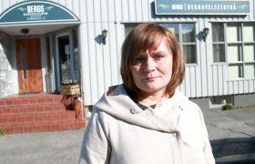 Gravferdskonsulent Lisbeth Markussen Tømmerås foran Bergs Begravelsesbyrå i Bodø.