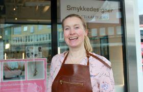 Gullsmed Kersti Kartfjord utenfor butikken sin på torget i Bodø.