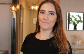 Bildet viser hudpleier Reidun Hetland inne i lokalet der hun har hudpleieklinikk. Hun er iført svart T-skjorte og er avbildet fra livet og opp.