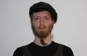 Portrettbilde av Anders Fiskaa Hoster med sort hatt