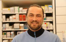 Andreas Hvammen bak disken på apoteket hvor han jobber.