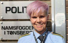 Politibetjent Camilla Hålien foran inngangen til politistasjonen i Tønsberg.