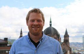 Håkon Grindheim med utsikt over Oslo i bakgrunnen.