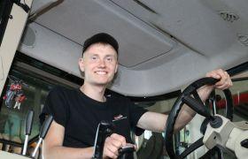 Jon Olav Svartdal sitter i førerhuset på en traktor.