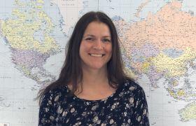 Evy Mari Veddegjerde jobber som speditør med last over hele verden.