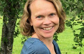 Portrettbilde av landskapsarkitekt Elisabeth Bøe Olsborg i en park