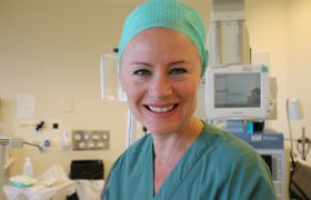 Ine Hotvedt Kjærra kledd i operasjonsutstyr på operasjonssalen på Sentralsykehuset i Vestfold.