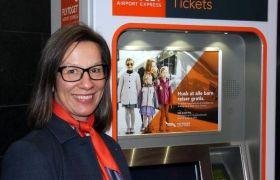 Anne Lena Nesse ved billettautomaten å Oslo S.