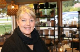 Portrettfoto av Linda Ellefsen. Her avbildet i butikken hun eier og driver.