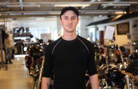 Motorsykkelmekaniker og verksmester  Nicolay Winters stående i Harley Davidson butikken i Sarpsborg foran masse motorsykler.