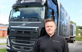 Trafikklærer Andreas Jansen står ute foran en sort lastebil. Han har på sort genser.