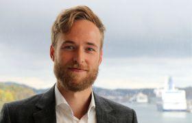 Åsmund Berstad Bergem på kontoret med utsikt inn til havnene i Sandefjord.