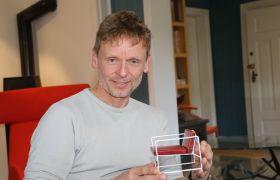 Fredrik Torsteinsen med en liten modell av en stol.