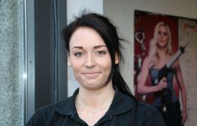 Katrine Olsrud er billakkerer på et verksted i Vestfold.