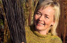 Portrettfoto av korgmakar Klara Pil