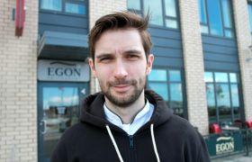Kjøkkenleder Stian Berntsen utenfor Egon i Bodø.