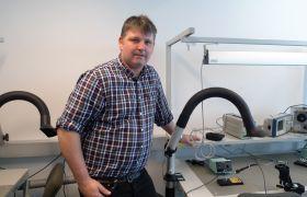 Svein Arne Birkli viser frem utstyr om blir brukt i undervisningen på el-energi