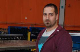 Platearbeider Christian Krog Larsen viser hvordan mye av jobben i dag er automatisert.