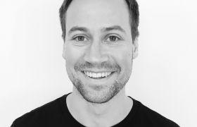 Portrettfoto i svart-hvitt av Rasmus Moen Ree.